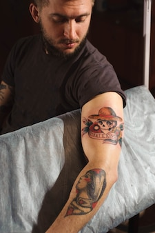 タトゥーサロンでのタトゥーの準備