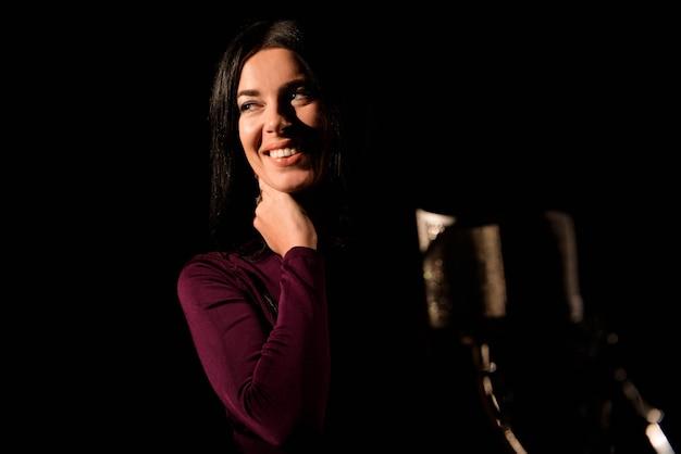 プロのスタジオで歌を録音する女性の肖像画