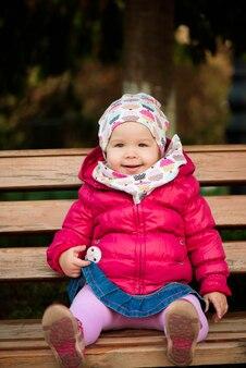 美しい秋の公園で遊んで幸せな少女