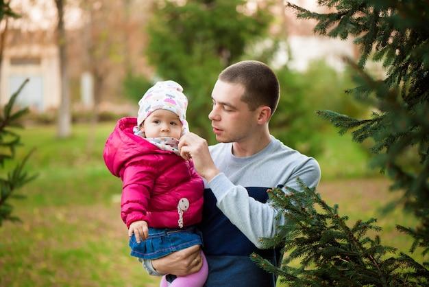 秋の散歩に幸せな家族父と子娘