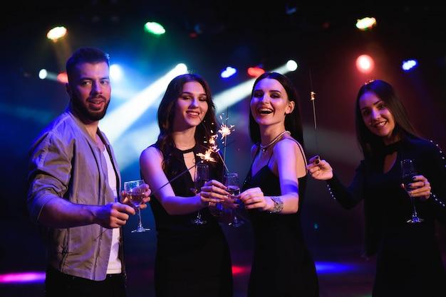 Тусовщики празднуют в клубе