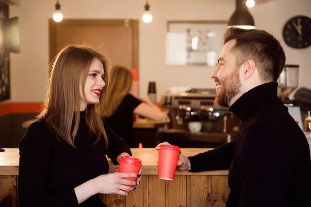日付のコーヒーショップで若い魅力的なカップル。