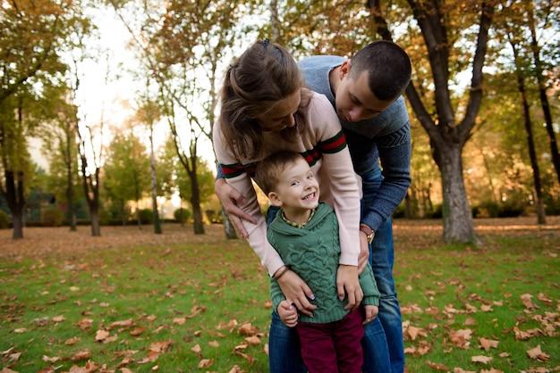 美しい秋の公園で休んで幸せな家族