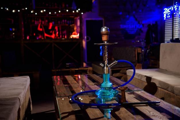 バー、光、煙、スモッグの背景に水ギセル