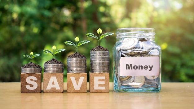 お金を節約するために、コインとガラス瓶を積み重ねてお金を入れます。金融ビジネスの概念。