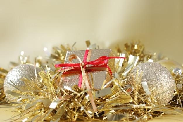 Рождественский подарок и украшения в золотой мишуре
