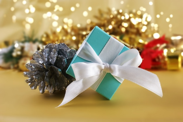 Синий рождественский подарок на фоне золота