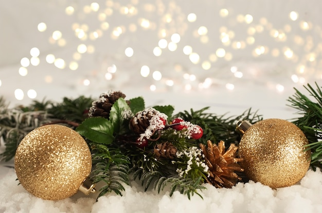 Рождественские украшения, расположенные в снегу