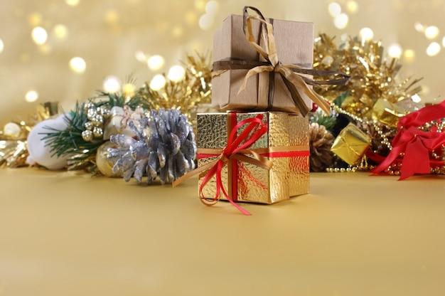Рождественские подарки и украшения на золотом фоне