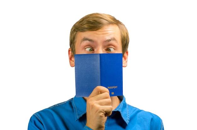 顔のパスポートに目を細めた白い目を持つ男