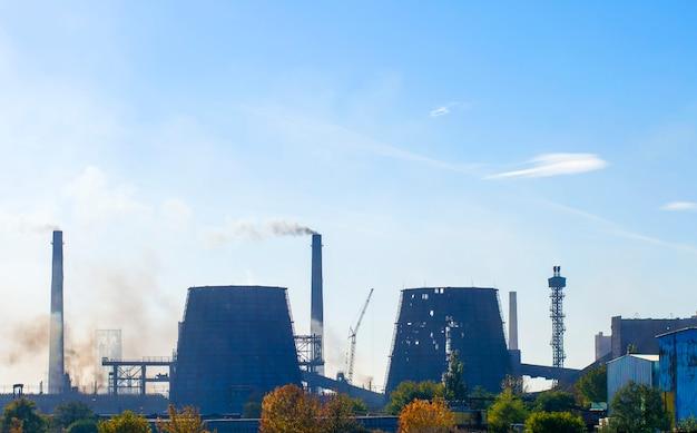 Старый химический завод из труб дыма