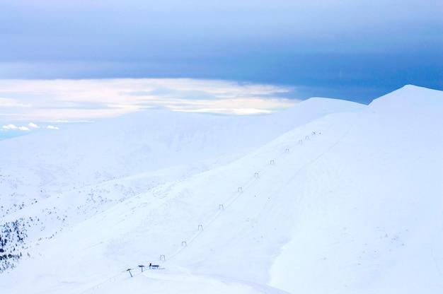 冬の高地は雪に覆われています。