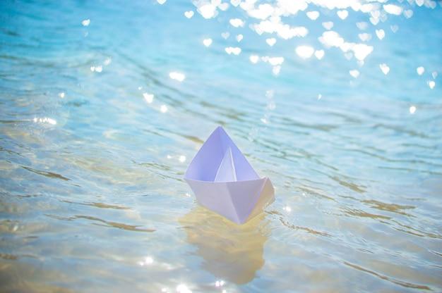 水の中の紙の船