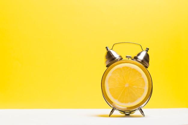 ダイヤルの代わりに黄色いレモンを見る