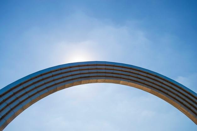 青い空を背景に鉄のアーチ