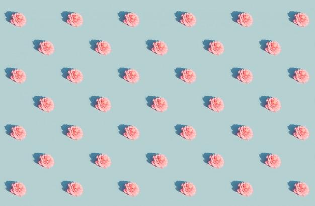 青のパターンにピンクのバラ