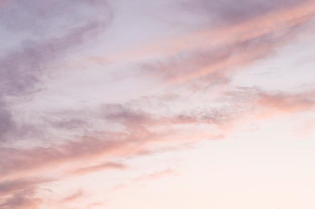 日没時にピンクブルーの雲