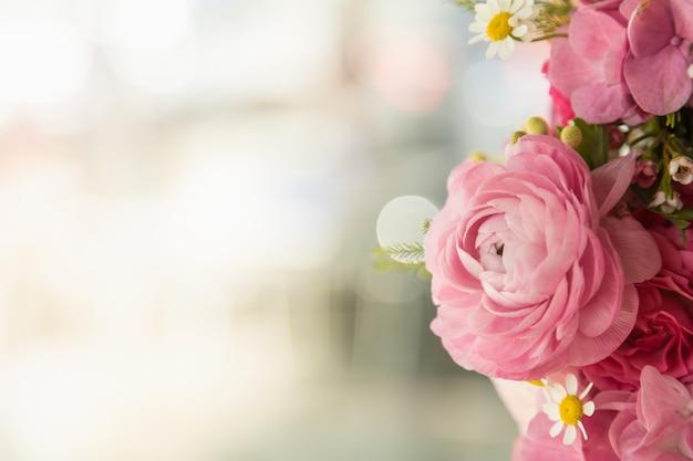 美しいピンクのバラと多くの花の花束