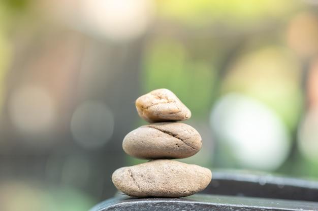 背景の木製のテーブルの上の石のスタック