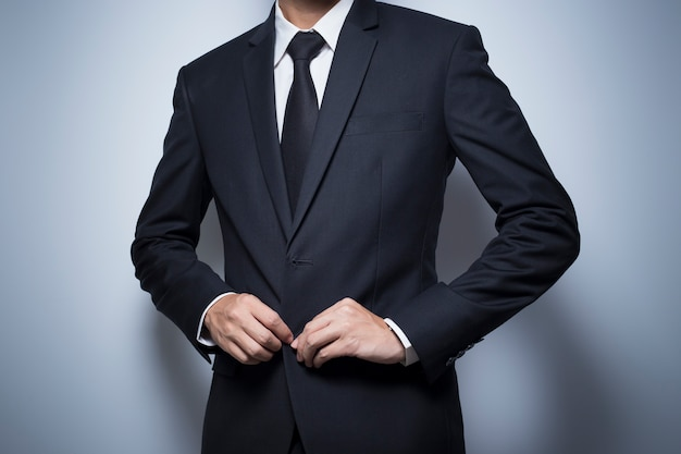 Бизнесмен наряжает черный костюм
