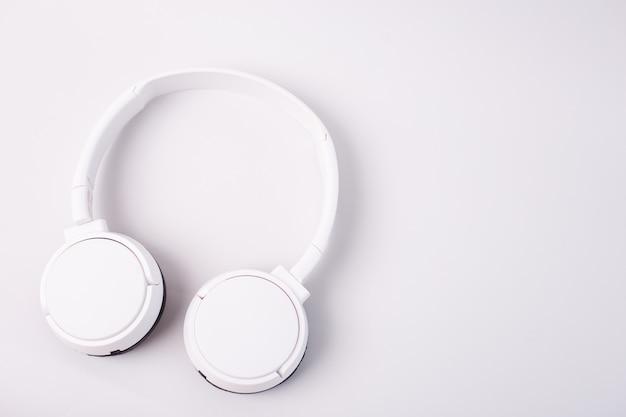 白いヘッドフォン、白い背景で隔離