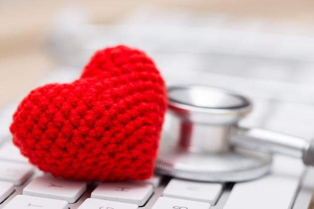 Стетоскоп с красным сердцем на клавиатуре