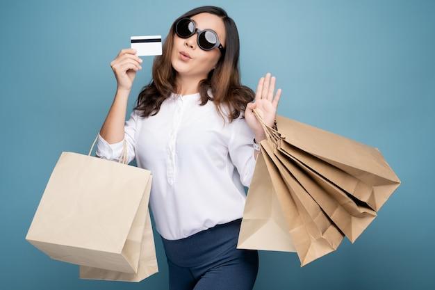 買い物袋を保持している女性の肖像画