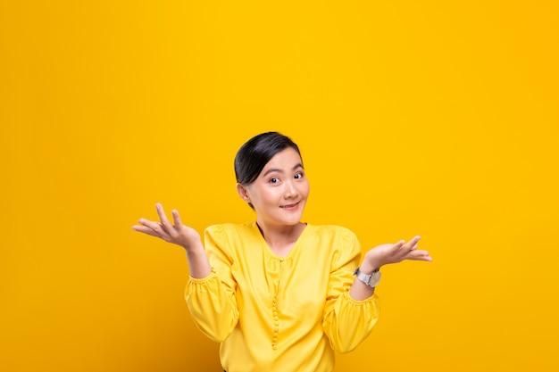 女性は黄色の壁に孤立した混乱を感じる