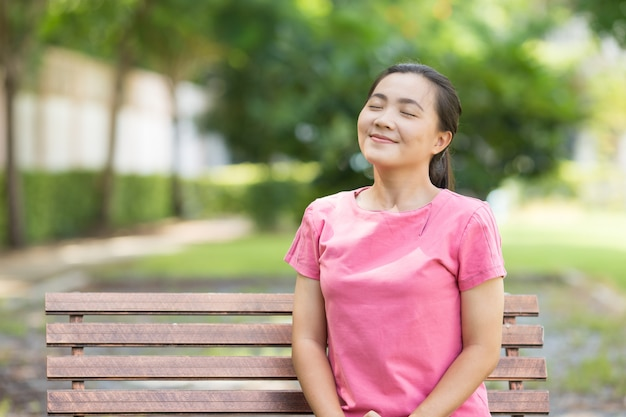 幸せな女が公園で呼吸