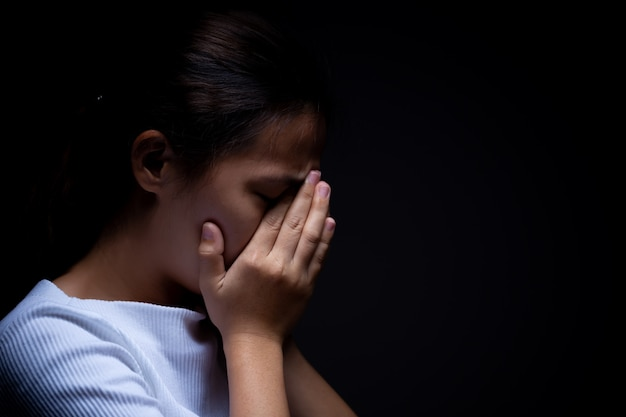 暗闇の中で女性の悲しみ