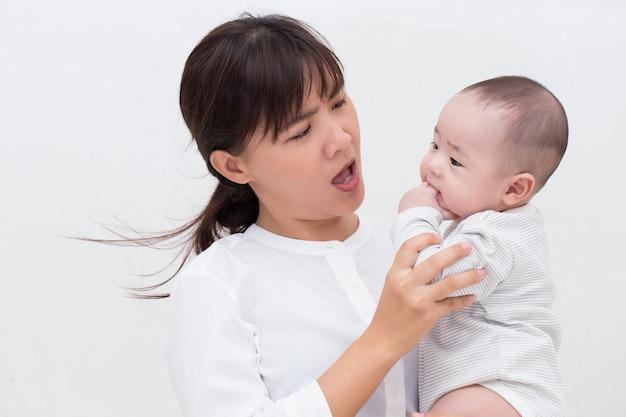彼女の息子と話している怒っている母