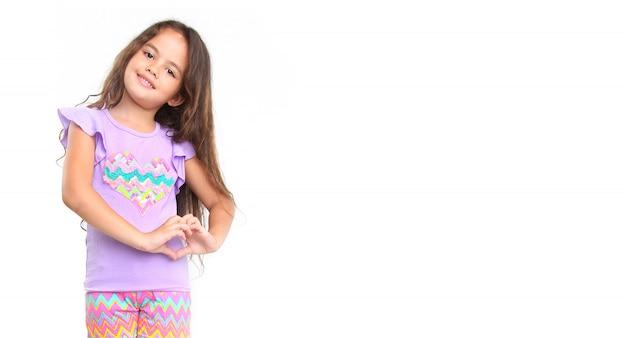 Маленькая девочка делает жест рукой