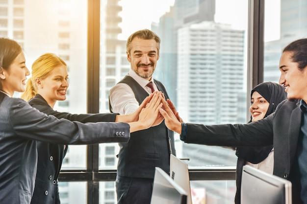 Бизнес-команда сложила руки в группу