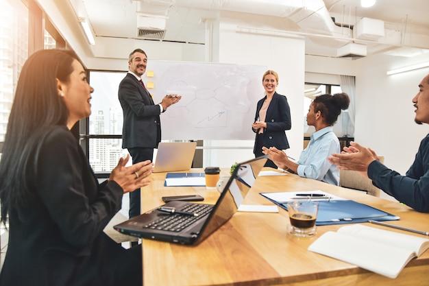 マネージャーは、ビジネスマーケティングの成功を計画ビジネスチームを会議、ビジネスの成功を達成するためのお祝い。