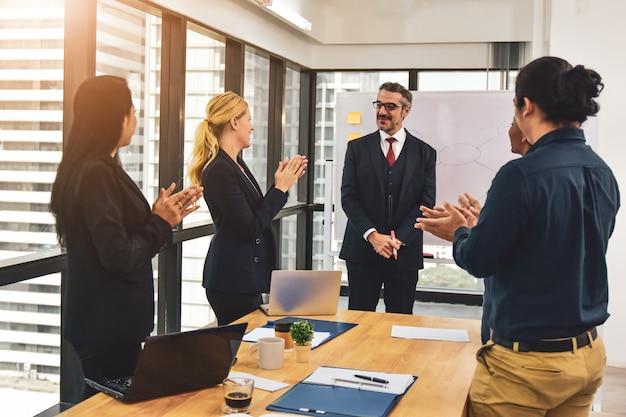 Совещание менеджера по бизнес-планированию команды бизнес маркетинг к успеху, поздравляем с достижением успеха в бизнесе.
