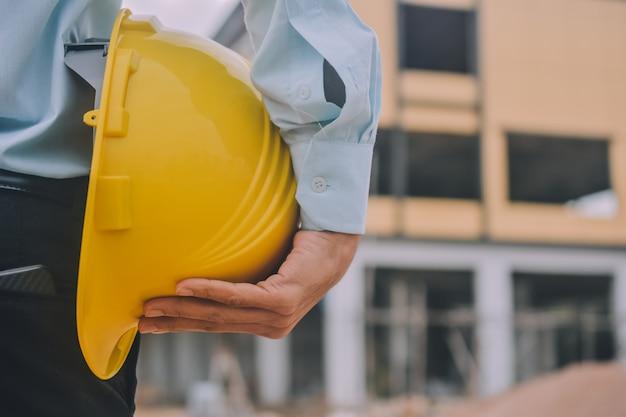 Инженер на строительной площадке в каске