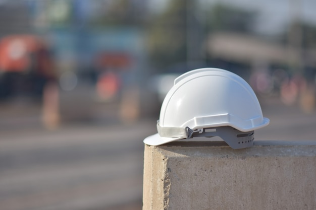 Белый шлем на барьере