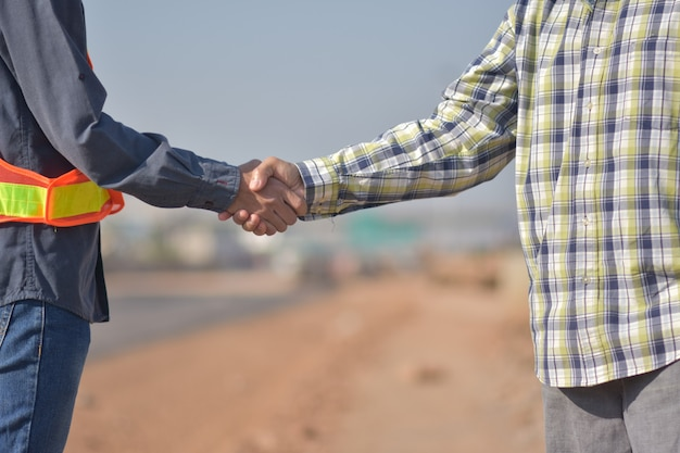 握手をしている労働者
