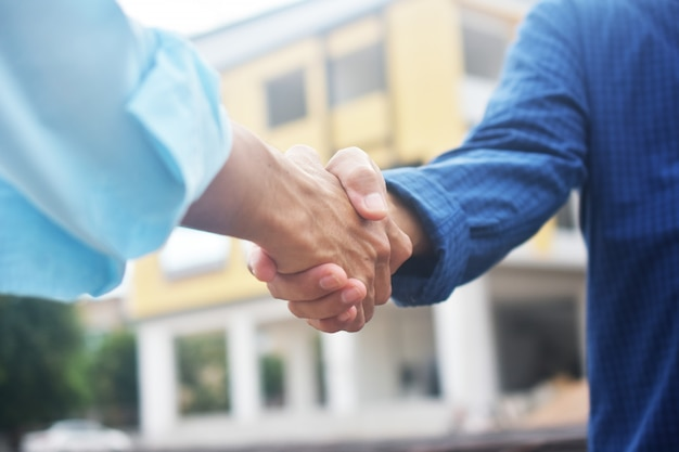 握手をしているエンジニア