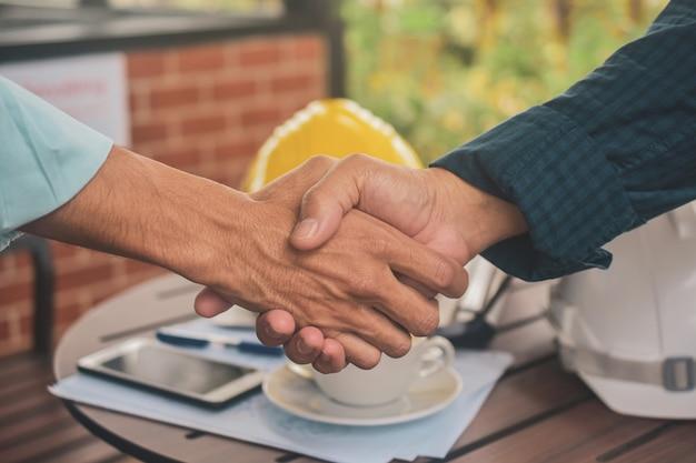 職場で握手をしているエンジニア