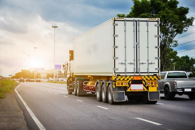Автомобильный грузовик, движущийся по дороге, автомобиль на автомобильных автомобильных дорогах