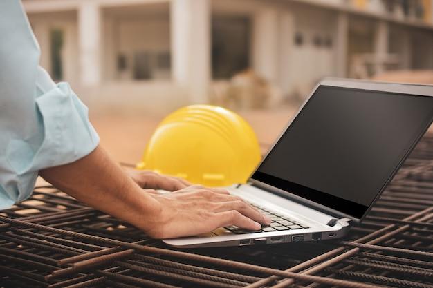 Строительный рабочий крупным планом, используя компьютерный шлем на строительной площадке