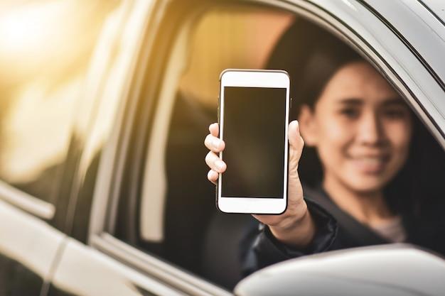 Бизнес женщина использовать смартфон на машине