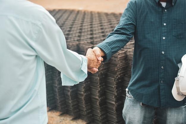 Деловые люди рукопожатие соглашение успех проекта недвижимости, строительство здания, концепция рукопожатие соглашение