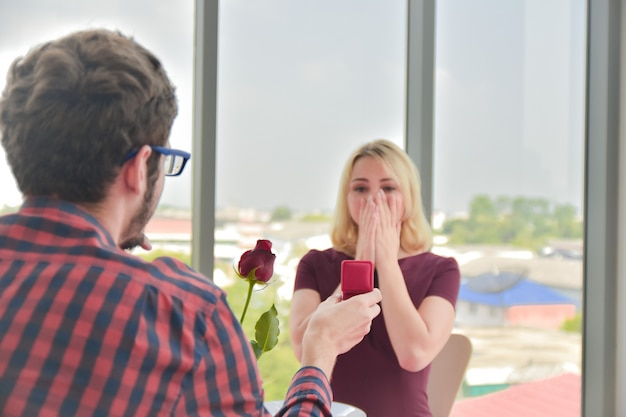 カップルはバレンタインの日に結婚指輪を与える