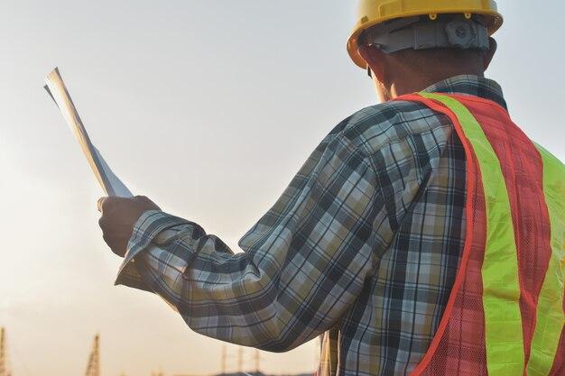 Инженер строительного холдинга бумаги план инспекции здания недвижимости проект строительства