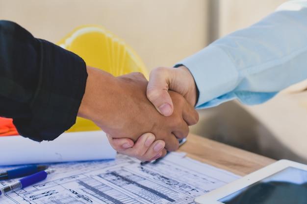 Крупным планом деловых людей пожать руку договоренности успеха архитектуры строительного проекта
