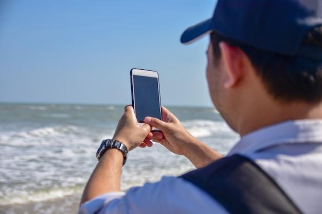 人々はスマートフォン、携帯電話技術インターネットのオンラインビジネスマーケティングを保持