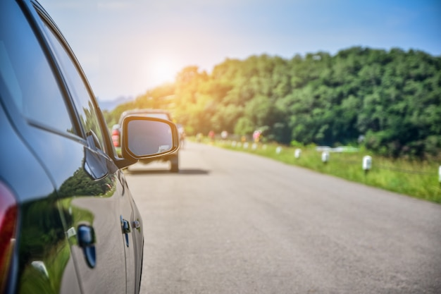 Автомобиль, припаркованный на дороге, автомобиль вождения по дороге