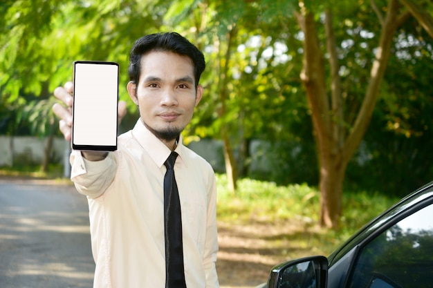 人々はスマートフォンを持ち、インターネットのオンライン通信と技術を利用している